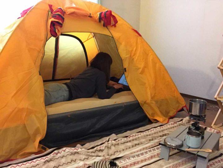 部屋キャンプ パソコン