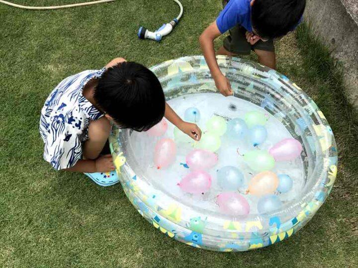ヨーヨー釣りを楽しむ子供たち