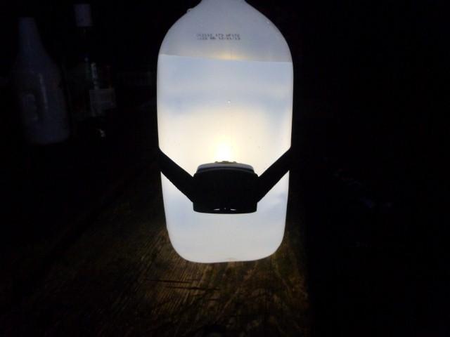 キャンプのアイデア ヘッドライトをランタンに