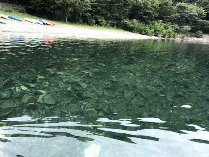 本栖湖でサップ 透明度の高い水