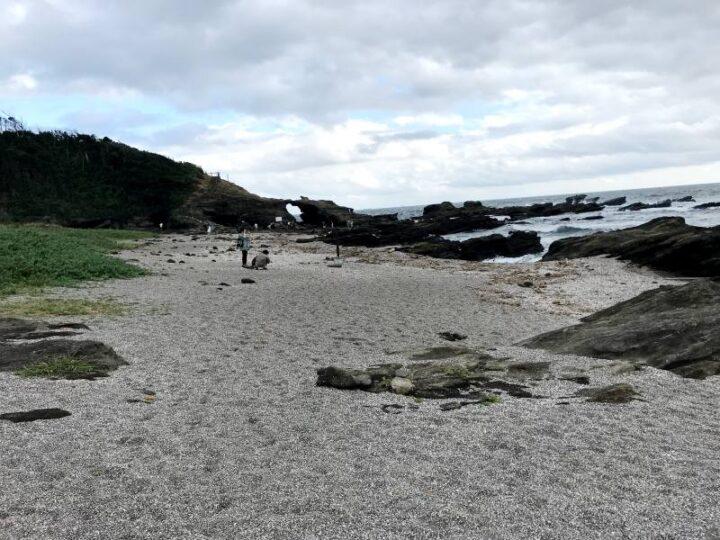 城ヶ島 馬の背洞門 砂浜