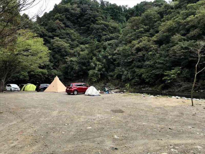 新戸キャンプ場 川沿いのサイト