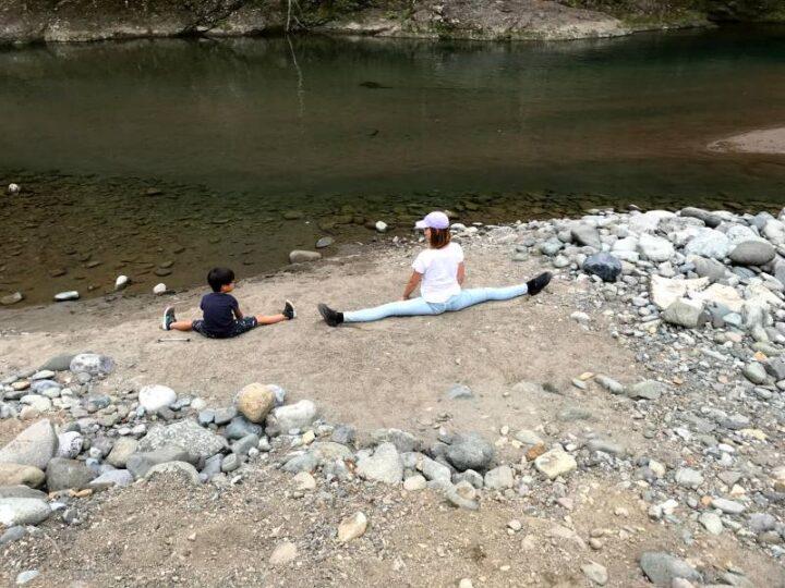 新戸キャンプ場 川で親子開脚