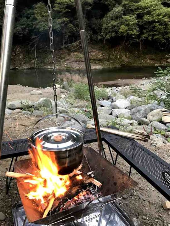 新戸キャンプ場 カレーを煮る
