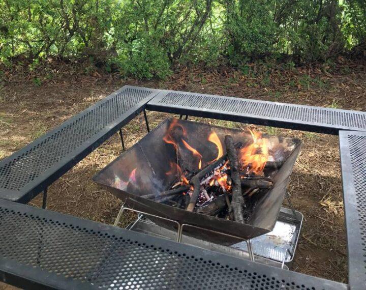 キャンプでの焚き火の楽しみ方 囲炉裏テーブル