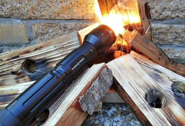 火が点く懐中電灯 flashtorch