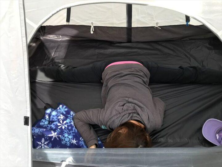 庭 キャンプ 開脚キャンパーの昼寝
