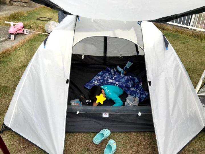 庭 キャンプ テントで遊ぶ子供