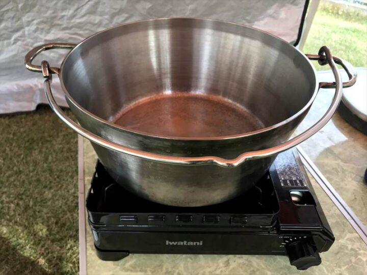 庭 キャンプ ダッチオーブンとタフまる