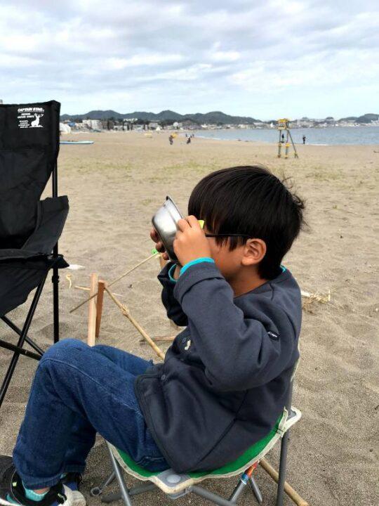 三浦海岸 子供 うどんを食べる