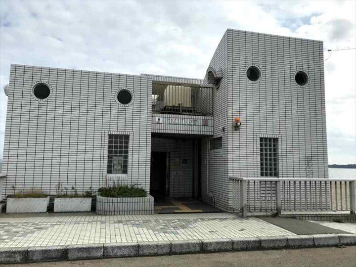 三浦海岸 無料駐車場 トイレ 外観