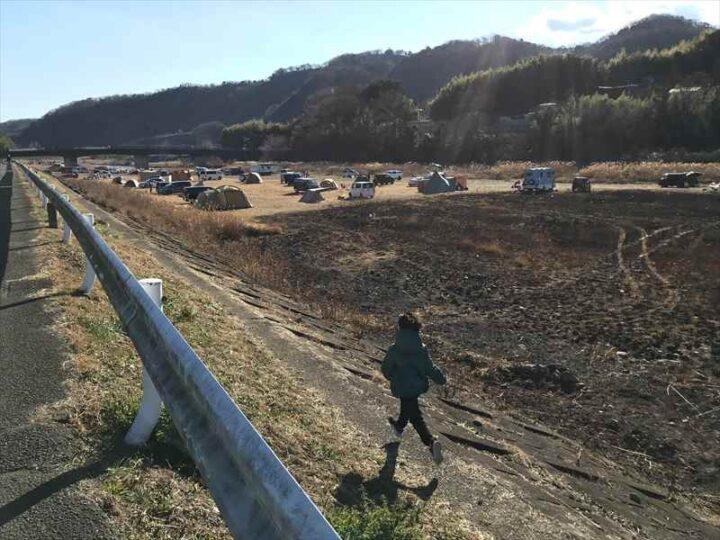 中津川八菅橋下 キャンプ こどもが走る
