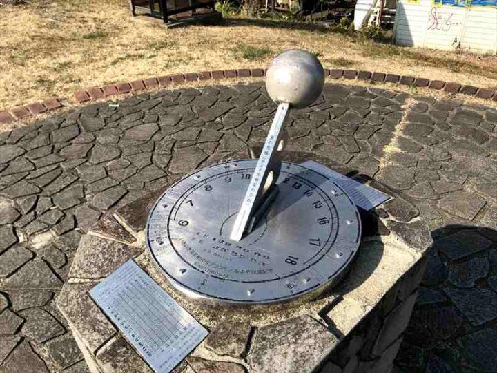 高田橋多目的広場 キャンプ 日時計
