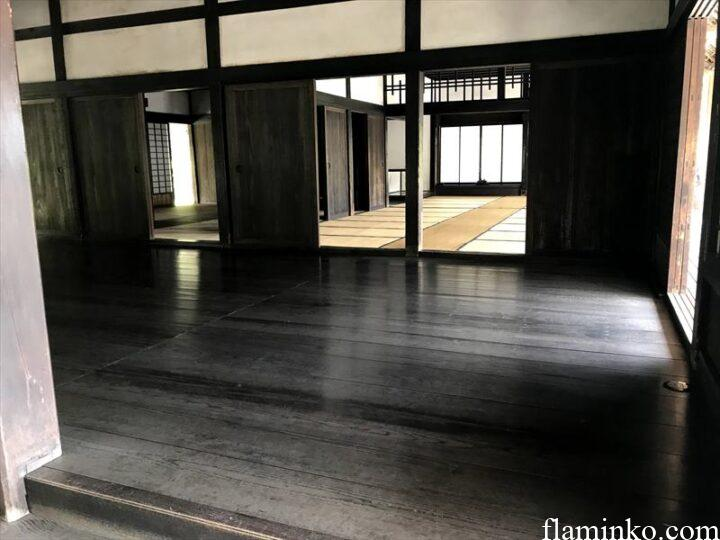 上大島キャンプ場 かやぶき屋根 内観