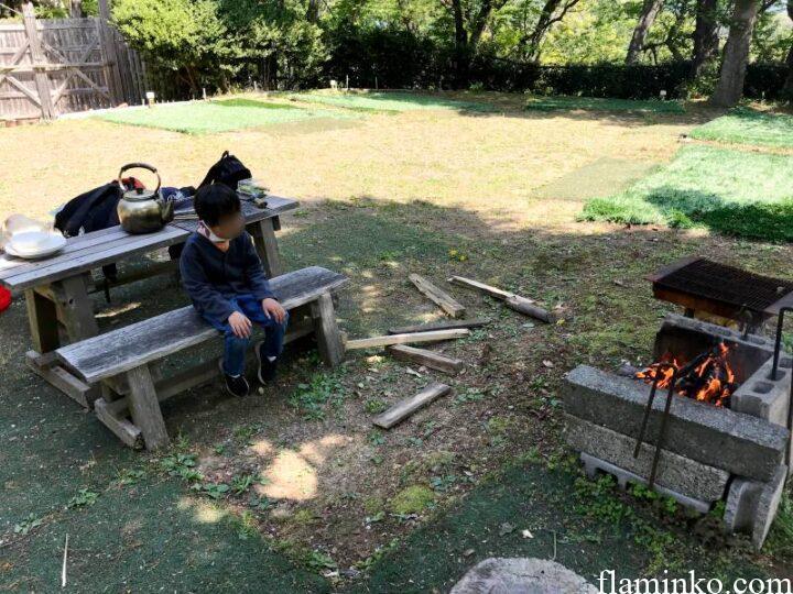 田代青少年自然の家 キャンプ場 焚き火を見つめる