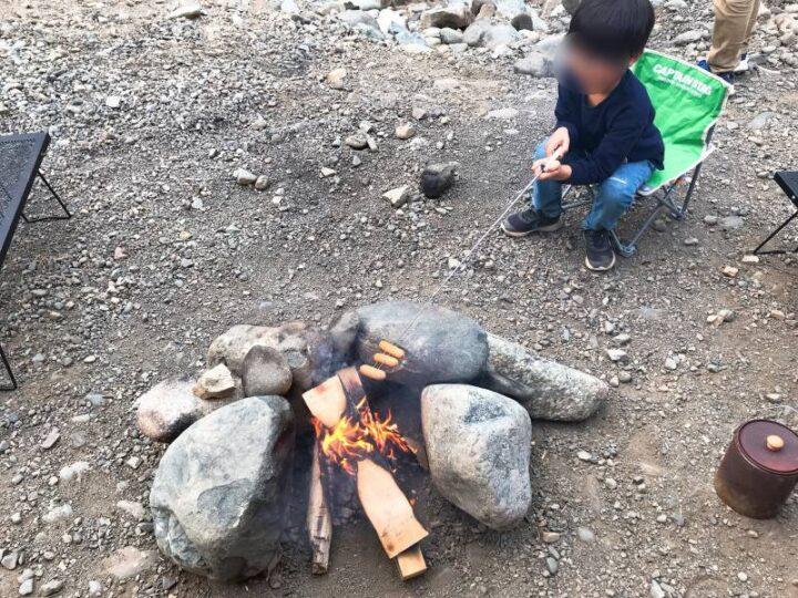 青野原野呂ロッジキャンプ場 直火でウィンナーを焼く