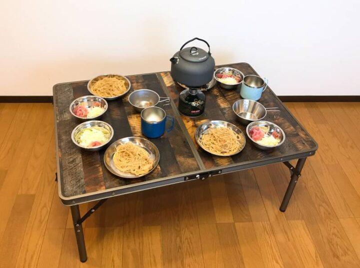 クイックキャンプ ヴィンテージテーブル 4人分の食材を置く