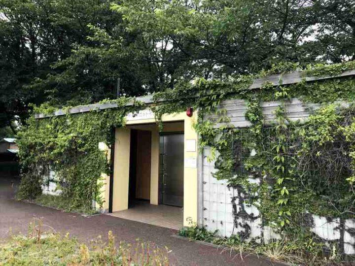 水と緑の風広場 キャンプ バーベキュー トイレ外観