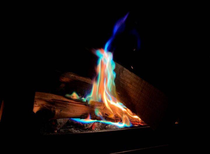 100均 キャンプ 炎の色が変わる粉 焚き火